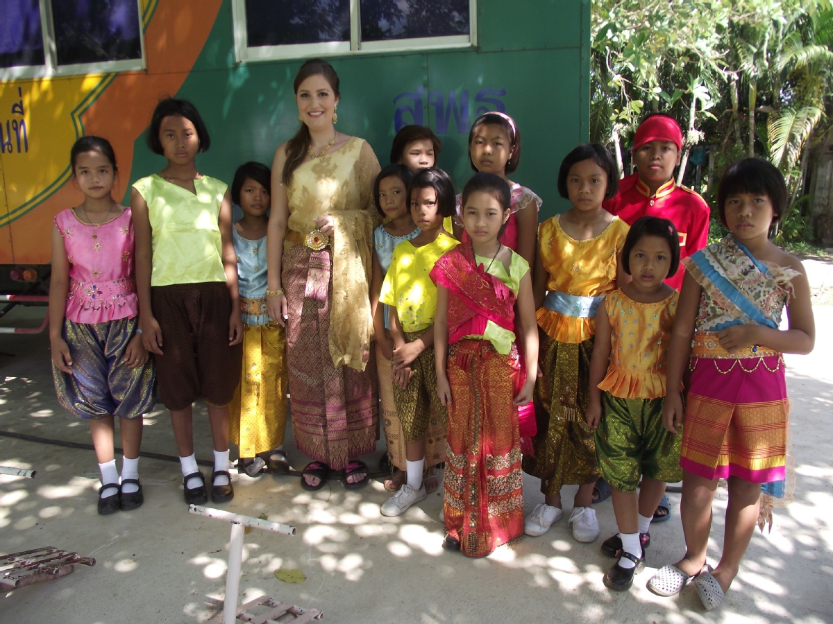 volunteer opportunities abroad holiday thailand teach children school construction agriculture farm childcare kids children